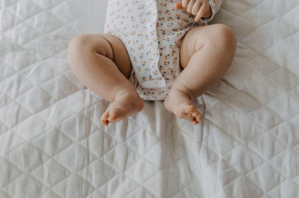 Une séance photo avec bébé à la maison – Flore à Nantes